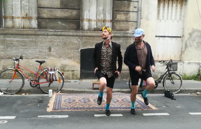 Olivier Villanove et Rémi Labrouche de l'agence Géographie affective ont venu à la rencontre des confinés avec leur numéro de claquettistes-cyclistes.