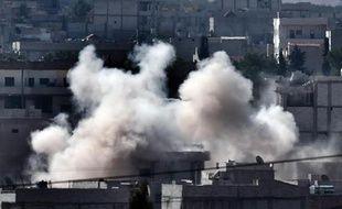 De la fumée s'élève le 5 octobre 2014 au dessus de Kobané cible de frappes aériennes des Etats-Unis et de leurs alliés