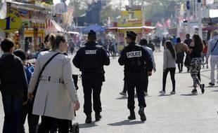 Un couple a été légèrement blessé dimanche à la foire du Trône à Paris à la suite d'un incident mécanique sur un manège, le second en six semaines sur cette attraction.