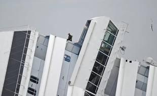 Vendredi matin, les scaphandriers de la marine de guerre ont percé de nouvelles brèches à l'exposif dans l'épave du Concordia, pour ouvrir de nouveaux couloirs d'accès.