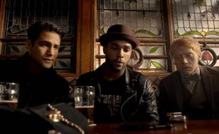 Albert (Luke Pasqualino), Billy (Lucien Laviscount) et Charlie (Rupert Grint) dans la première saison de «Snatch», diffusée sur la plateforme de streaming Cackle, à partir du 16 mars 2017 / Capture d'écran - YouTube