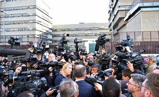 Les médias se pressent autour d'Alessandro Diddi (de dos au centre), avocat de Salvatore Buzzi, l'un des prévenus dans le procès «Mafia capitale», qui s'est ouvert au tribunal pénal de Rome, le 5 novembre 2015.