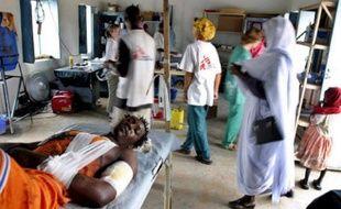 Des humanitaires de Médecins sans frontières dans une clinique au darfour en octobre 2004.