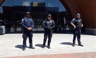 La police a annoncé mercredi avoir arrêté trois étudiants, amis du suspect de l'attentat de Boston Djokhar Tsarnaev, qui ont été accusés d'entrave à la justice pour avoir récupéré dans sa chambre son ordinateur et son sac à dos, trois jours après le drame.