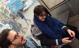 Des étudiants à l'arrêt de bus place des Buisses