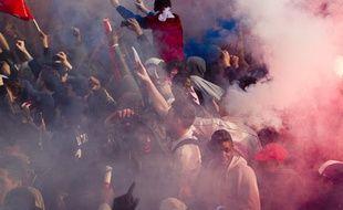 Le public parisien attendait les joueurs du PSG pour la remise du trophée de champion de France mais la fête rapidement dégénéré dans le quartier des Champs-Élysées à Paris, le 13 mai 2013.