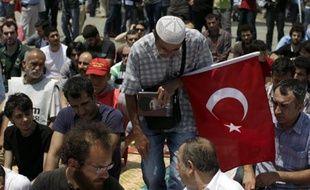 Un manifestant arrive au parc Guezi, près de la place Taksim à Istanbul, pour la prière du vendredi, le 7 juin 2013.