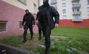 Strasbourg le 13 05 2014. TERRORISME - Les forces de l'ordre ont interpelle des jeunes soupçonnes d'etre partis en decembre en Syrie. Les forces de l'ordre sont intervenues notamment dans un immeuble du quartier de la Meinau pour interpeller des jeunes qui sont soupçonnes d'etre partis en Syrie