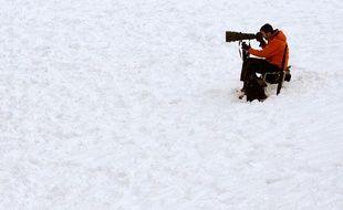 Un paparazzi fait le guet devant le chalet du réalisateur Roman Polanski à Gstaad, Suisse, le 6 décembre 2009.