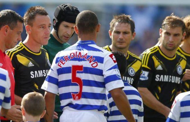 Le défenseur Anton Ferdinand (de dos) refuse de serrer la main de John Terry, lors du match QPR - Chelsea, le 15 septembre 2012 à Londres.