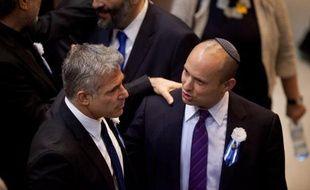 """Netanyahu a signé l'accord sur la formation du gouvernement avec le parti Yesh Atid (centre droit) et celui du Foyer juif (droite nationaliste religieuse). Yaïr Lapid, le leader de Yesh Atid (""""Il y a un avenir""""), parti d'inspiration laïque et libérale a réalisé une percée aux législatives du 22 janvier au nom des classes moyennes, avec 19 élus."""