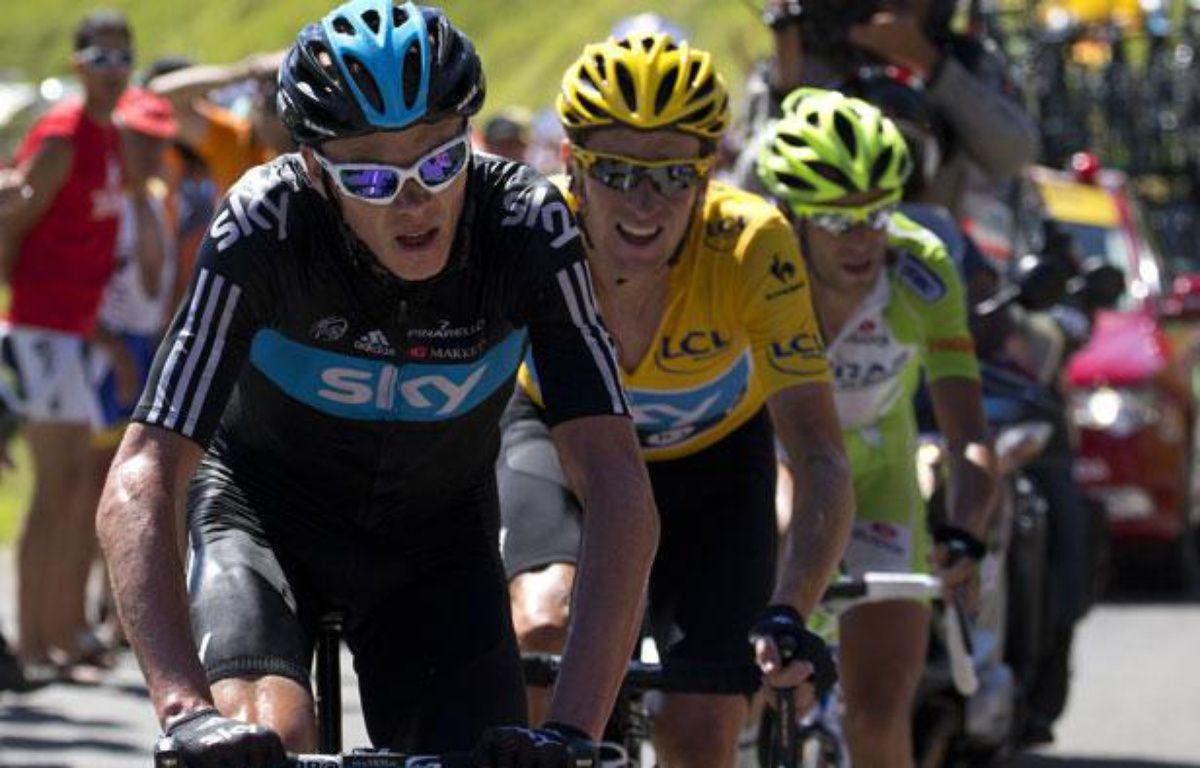 Christopher Froome devant Bradley Wiggins et Vincenzo Nibali, le 17 juillet 2012, sur le Tour de France. – AFP PHOTO / JOEL SAGET