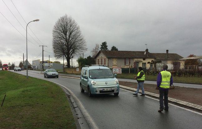 Les voitures s'arrêtent facilement près de Castillon-la-Bataille en Gironde, pour parler avec les gilets jaunes.
