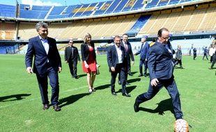 François Hollande marque un penalty à la Bombonera le 25 février 2016.