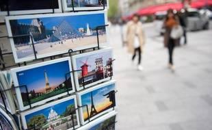 Paris le 13 avril 2011. Av des Champs Elysees. Cartes postales sur un presentoir. Tourisme.