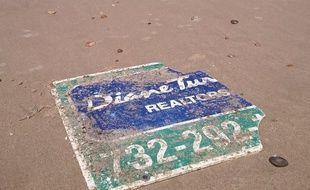 Le panneau de l'agence immobilière du New Jersey a été retrouvé sur une plage du Médoc