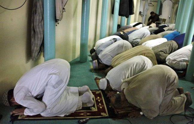 Des musulmans prient à la  nouvelle mosquée de Strasbourg, qui a ouvert ses portes le 1 août 2011 pour le  debut du jeûne du Ramadan.
