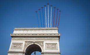 La patrouille de France, le 14 juillet 2013 au dessus de l'Arc de Triompe à Paris.