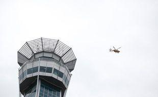 Un hélicoptère au-dessus de la tour de contrôle d'Orly, aéroport exploité par ADP.