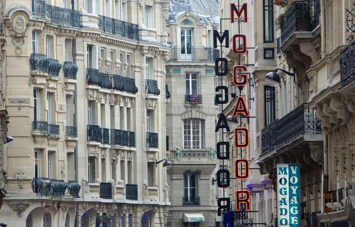 La façade du Théâtre Mogador, à Paris, en 2011. – LOIC VENANCE / AFP