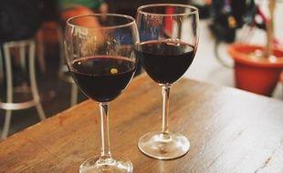 Deux verres de vin rouge