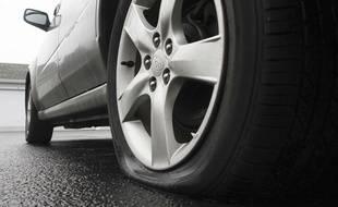 Un pneu de voiture crevé. (Illustration)