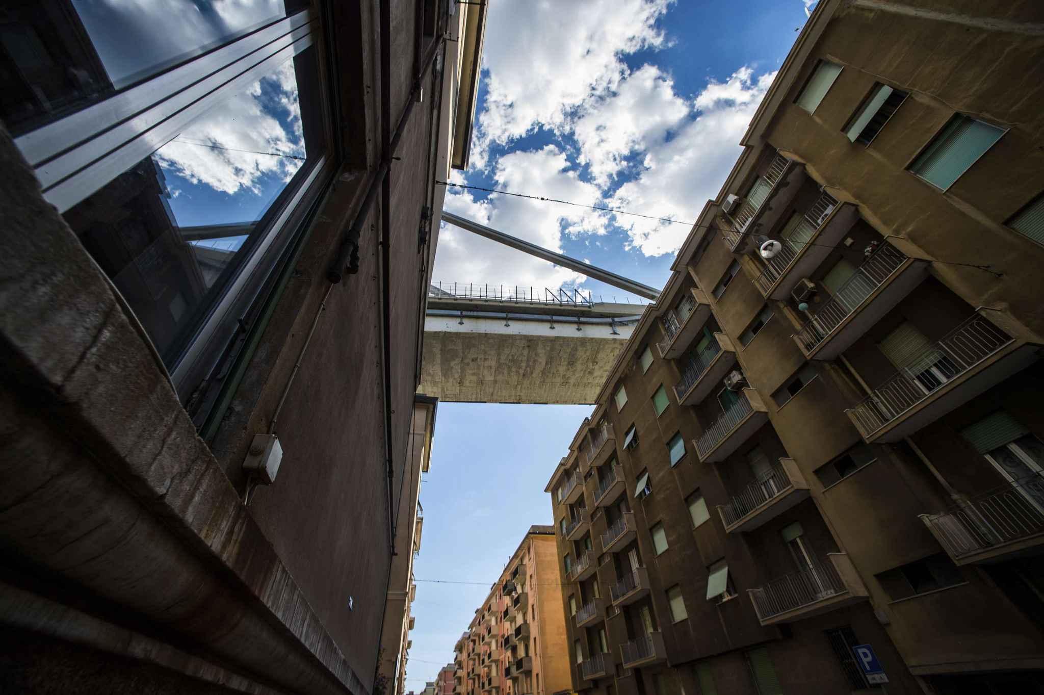 Vue des appartements qui ont été évacués après l'effondrement du pont Morandi à Gênes. Environ 630 personnes ont dû quitter précipitamment leur logement, après le drame car ce viaduc enjambe des quartiers d'habitations.