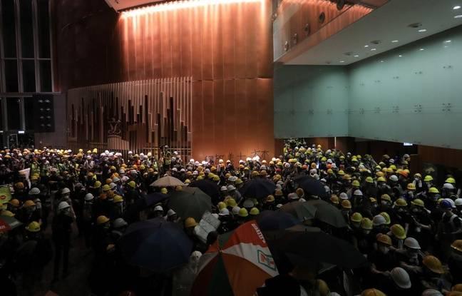 Hong Kong: Des manifestants entrent de force dans le siège du Parlement