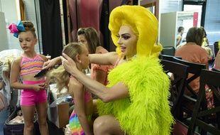 Alyssa Edwards coiffe l'une des élèves de l'école de danse Beyond Belief, dans la série documentaire «Dancing Queen».