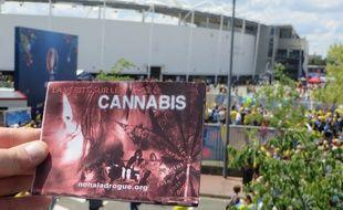 Un livret anti-drogue distribué par l'association « Non à la drogue, Oui à la vie », près du Stadium de Toulouse, le 17 juin 2016.