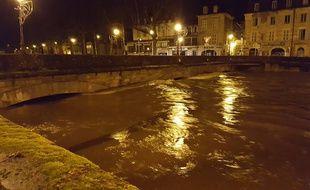 La rivière Cél en crue, dans la nuit du 20 au 21 janvier 2018, à Figeac dans le Lot.