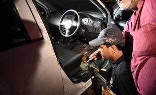 Un officier de police pakistanais mène des investigations dans la voiture dans laquelle a été abattue Sabeen Mahmud, militante des droits de l'Homme, à Karachi le 24 avril 2015