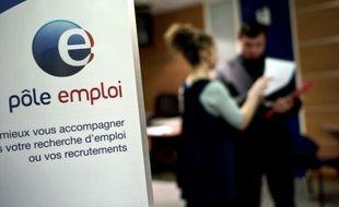 Le chômage a atteint en novembre son plus haut niveau depuis 12 ans, avec 29.900 personnes supplémentaires sans aucune activité inscrites à Pôle emploi, pour atteindre un total de 2,8 millions de personnes, selon les chiffres du ministère du Travail publiés lundi.