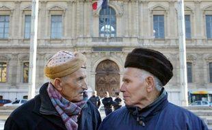 Deux retraités maghrébins participent à une manifestation devant la préfecture de Marseille, le 15 décembre 2005