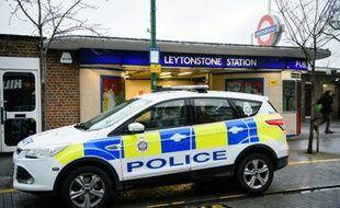 Une voiture de police devant la station de métro de Londres où a eu lieu l'attaque au couteau qui a fait trois blessés, le 6 décembre 2015