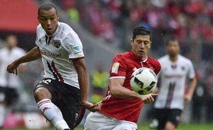 Marcel Tisserand sous le maillot d'Ingolstadt lors d'un match de Bundesliga sur la pelouse du Bayern Munich de Robert Lewandowski, le 17 septembre 2016.
