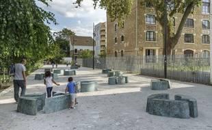 Des enfants jouent en s'appropriant l'œuvre d'Agnès Thurnauer