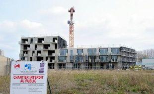 La construction de logements neufs a accentué son recul au cours des trois derniers mois en France en raison de la conjoncture économique dégradée et de dispositifs moins incitatifs, ne laissant guère espérer d'éclaircie avant 2014.