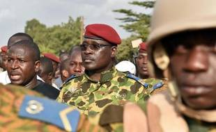 Le colonel Isaac Zida (c) arrive place de la Nation à Ouagadougou après la démission du président Blaise Campaoré, le 31 octobre 2014 au Burkina Faso