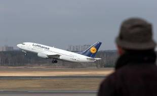 Les compagnies aériennes vont devoir payer pour la pollution de leurs avions sur le territoire de l'UE à compter du 1er janvier, mais dans un premier temps la facture ne devrait pas être trop élevée en raison de la faiblesse actuelle du prix de la tonne de CO2.
