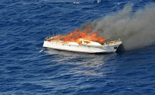 Illustration d'un yacht en feu.