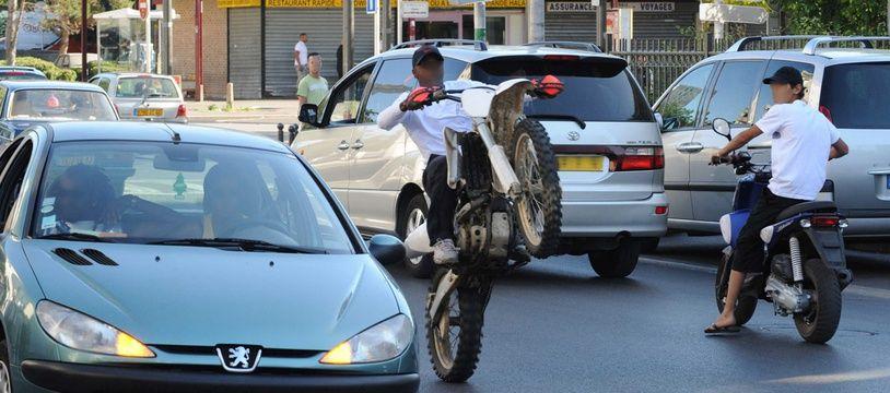Illustration de jeunes qui font du rodéo à moto.
