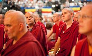 Des bouddhistes français lors de la conférence du Dalai Lama, au Zénith de  Toulouse, le 15 août 2011.