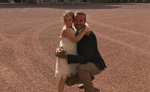 David Beckham et sa fille Harper devant le Buckingham palace