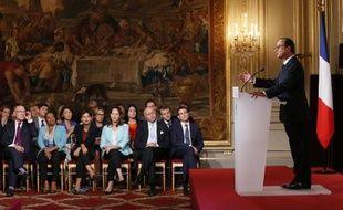 Le président François Hollande seul au pupitre, flanqué du gouvernement, lors d'une conférence de presse le 18 septembre 2014 à l'Elysée à Paris