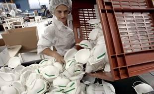 Une employée de l'usine Bacou-Dalloz à Plaintel, manipule des masques FFP2, le 3 avril 2020.