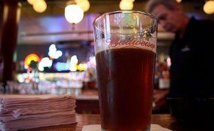 Illustration d'un verre de bière brune.