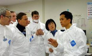 Le ministre français de l'Industrie, Eric Besson, s'est rendu mardi à la centrale accidentée de Fukushima, adressant un message d'encouragements aux travailleurs du site ravagé par le tsunami du 11 mars dernier.