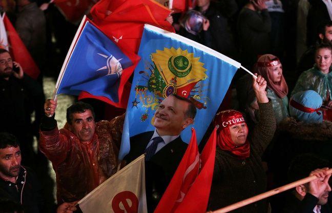 Des partisans du président turc fêtent la victoire du «oui» au référendum sur le renforcement de ses pouvoirs, à Ankara le 16 avril 2017.