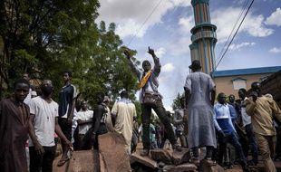 Des manifestants sur une barricade près de la mosquée Salam, où un influent imam a appelé au calme dimanche 12 juillet 2020, après plusieurs jours d'affrontements.